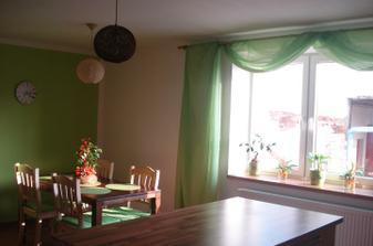 okno v kuchyni jsem si nakonec zútulnila zelenkavým voálem...