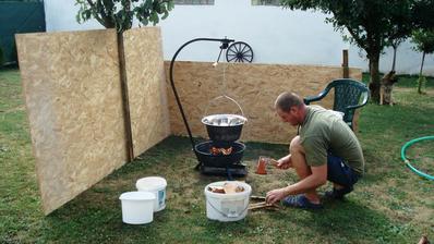 příprava na kotlíkový guláš pro 14 lidí, trochu foukalo, proto ty desky )))