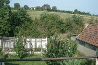 pohled z balkonu na dvůr