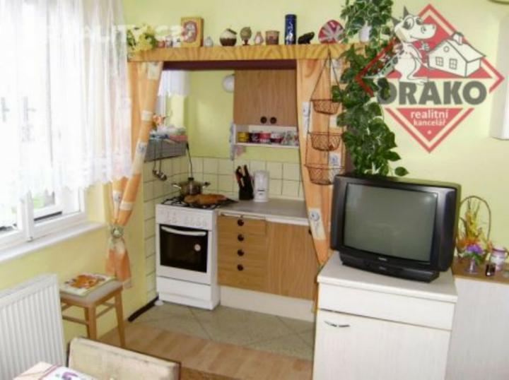 Když jsem vešla do kuchyně, zůstalo mi asi 40 cm na projití, ani skřínky se nedali otevřít, takže příčka musí pryč!!!