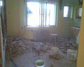po vybourání obou příček vznikla velká kuchyň s jídelnou
