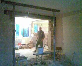 bourání nosné zdí, abychom propojili kuchyň, jídelnu a obývák