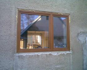 okno z kuchyně, uvidím pěkně na dvorek...