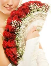 bude z bielych ruží a dozdobený zelenými a zltými  kamienkami