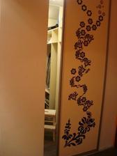 vstavena sadrokartonova skrin v hale na vyuziti prazdneho rohu