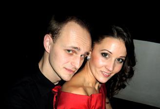 s mojou laskou mame dnes uz 56 vymesacie a rocik aj dva mesiace po svadbe..juchuu!:)))