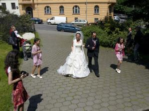 Sestry kolem krouží a nadšeně fotí :-)