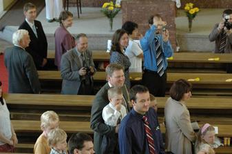 Pohled na svatebčany - prostřední řada