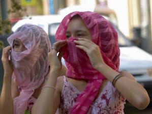 """""""Zdraví vás Arabské emiráty!"""" Dvě z mých povedených sester :-)"""