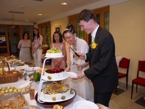 Trochu rozpaky, protože nám dvakrát nakrájený kousek dortu z talířku vždy vyskočil