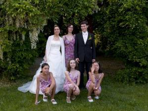 Tak tady jsou konečně všechny mé sestry...taky se vám zdá, že ty šaty koupily ve stejném obchodě? :-)