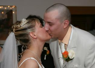 první novomanželský polibek...