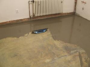 A podlahář nyveluje....