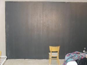 A zeď kde bude sedačka je šedá...