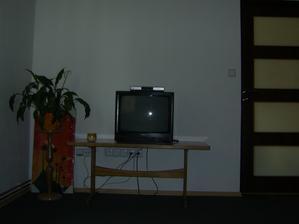 Pod telku taky časem koupíme nový stolek..a TV dokud funguje tak to stačí :o) A eště pověsit ten obraz :o)