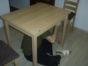 Konečně nový stůl....přítel montuje :o)