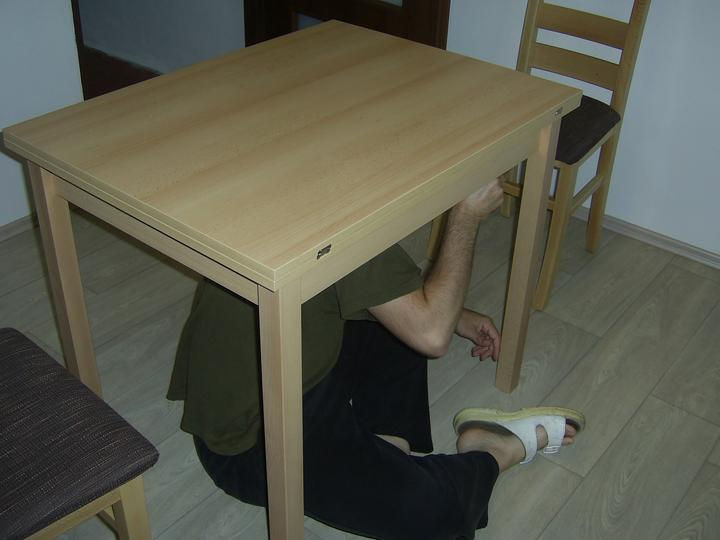 Kuchyň - Konečně nový stůl....přítel montuje :o)