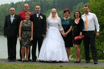 Moja maminka, její sestra a brácha, vedle ženicha můj brácha a v bílé košuli druhý brácha s manželkou....
