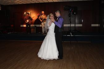 Tak a první novomanželský taneček...