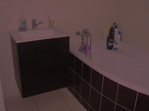 Koupelna hotová! Už jenom navrtat držák na mydlo, kartáčky a ručníky :o)