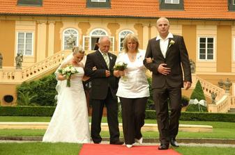 Těsně před předáním nevěsty ženichovi