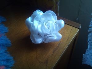 a premenili sa na taketo kvetinky...len palce mam trosku ubolene. A takto si vyrobim cca 100 takychto ruziciek