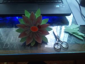 prva papierova kvetinka je hotova...