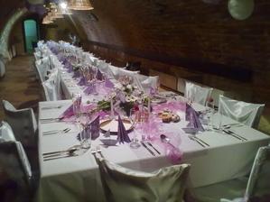 slavnostni tabule ve fialove.