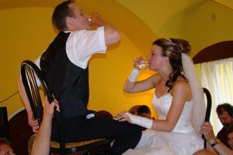 sólo novomanželé to prostě musí být