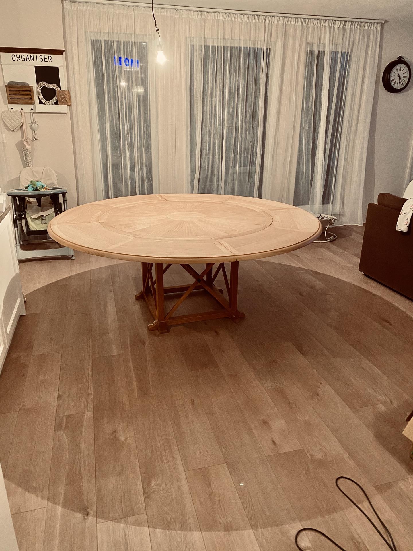 Nákupy do domčeka 🏡 - Môj nový projekt 🥰 Snáď si nájdem čoskoro čas 😇 Mala som dosť neskombinovatelnu predstavu o stole (okrúhly, keď sa roztiahne aby bol stále okruhly, šírka aspoň 130cm, stabilný podstavec, masív).