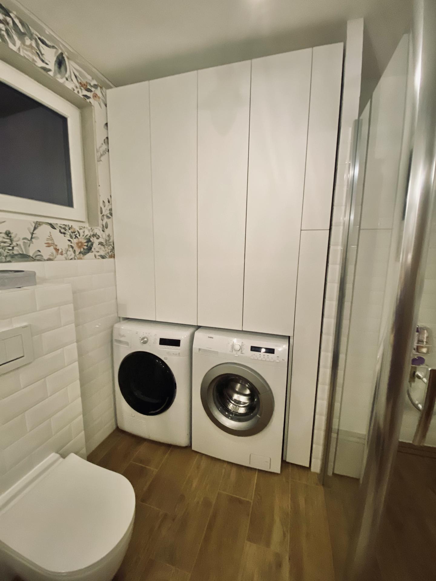 Zariaďujeme domček 🥰 - Konečne posledná z 9 vstavaných skríň 😅 Už len dokončiť detaily a aspoň jedna kúpeľňa bude na final 😊