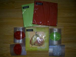 Ubrousky zelené a červené na hlavní stoly, ubrousky s hruškami na rautový stůl. Kapky rosy na stoly.