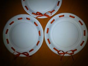 Papírové talířky se stužkou na koláčky do práce.