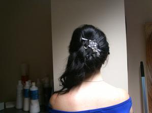 A můj krásný hřebínek do vlasů (a vykukuje i sponka, ta tam samozřejmě nebude).