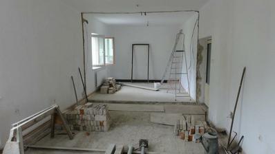 Obývací pokoj probouraný do ložnice