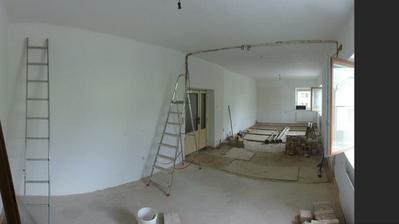 Obývací pokoj propojený s ložnicí - pohled z ložnice