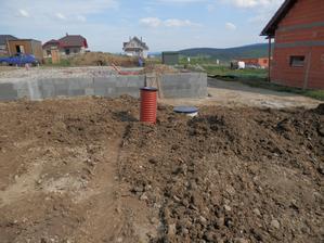 vodomerna a kanalizacna sachta osadena a zahrabana.