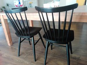 Namalovane stolicky na cierno. Zvitazila tato farba 😊