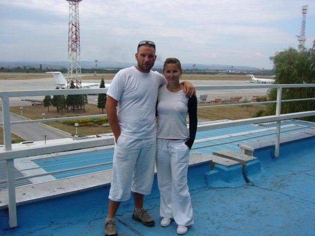 Svadobné oznámenie+fotka nás dvoch - My dvaja na letisku vo Varne cestou z dovolenky z Bulharska