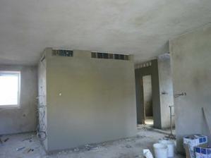 pohled do kuchyne a obyvákovou stenu