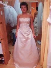 taková nijaká nevěsta...k tomu rozcuchu nic moc