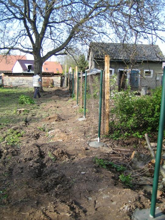 Krušné začátky - plotové sloupky hotovy :-)