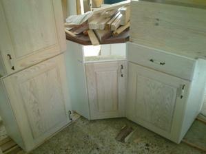 Skříňky naší milované kuchyňky... Mysleli jsme že budou víc bílé.. no uvidíme