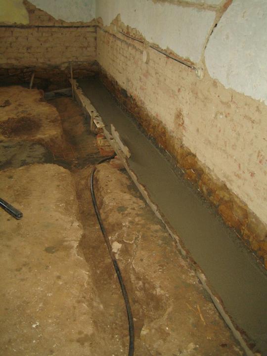 Krušné začátky - Vybetonované základy - vzadu je pěkně vidět že cihly končí v úrovni podlahy a pak už je jen kámen a hlína..