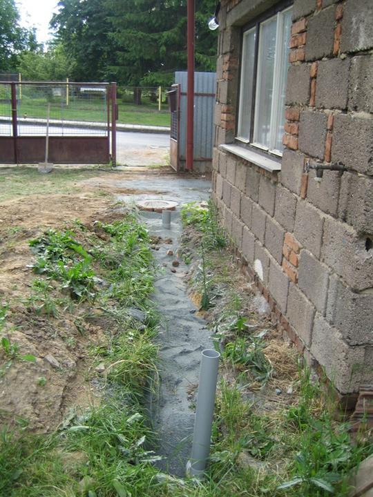 Krušné začátky - Zasypáno :-) drenáž a kanalizace hotova