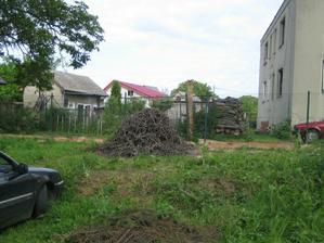 Poslední hromádka nasekaných větví.. Hned máme spoustu místa .-)