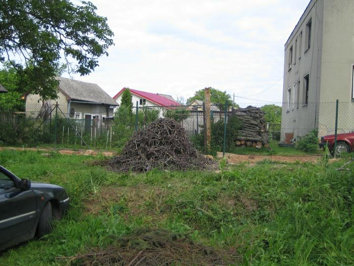 Krušné začátky - Poslední hromádka nasekaných větví.. Hned máme spoustu místa .-)