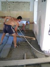 Kluci makaj na betonech