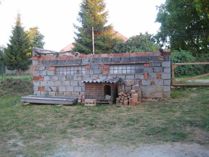 Krušné začátky - Rozárečka už má přestěhovanou boudu (to malé dřevěné, ne to velké rozbourané) :-)