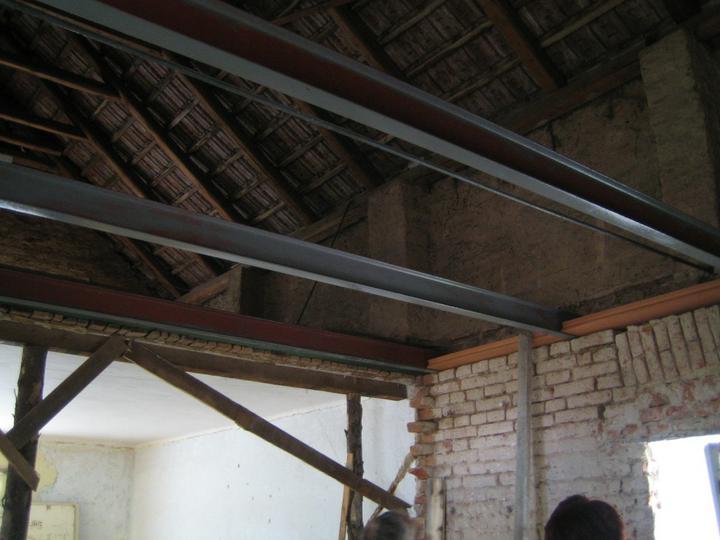 Krušné začátky - Kluci ve dvou umístili traverzy na strop šikulky :-)